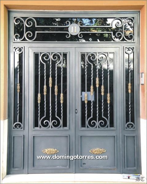 Ejemplo y foto de puerta de forja art stica y lat n n 1004 for Puertas de hierro forjado para casas