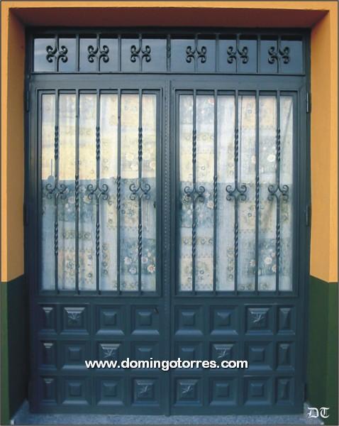 1011-Puerta forja latón y cuarterones