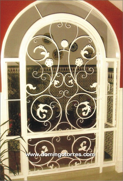 Puerta de forja art stica con rizos hojas y rosetas for Puertas correderas de forja