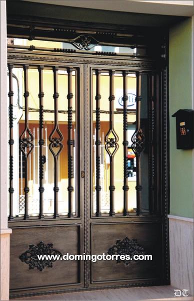 Foto y ejemplo de puerta de entrada de forja y fundici n for Puertas madera y hierro forjado