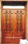1046 Puerta madera con adornos forja
