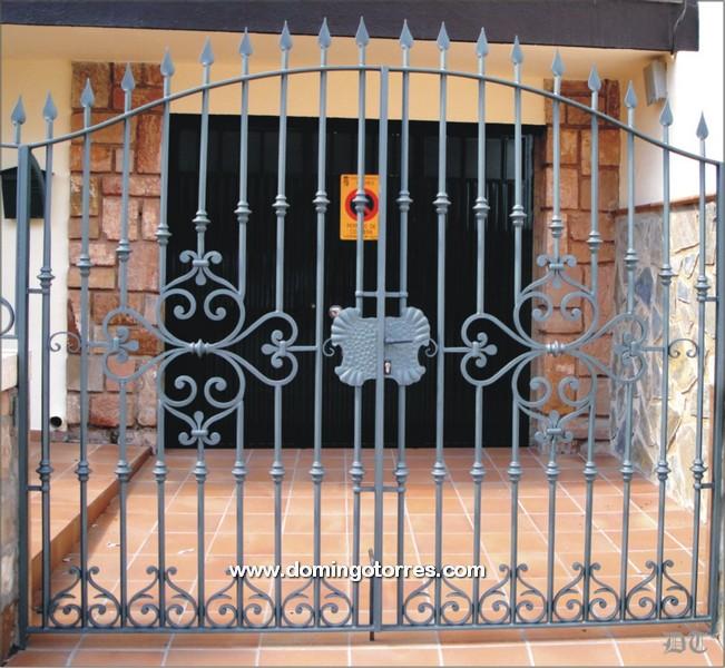 Cancela de hierro forjado n 1613 con adornos artesanos - Domingo torres forja ...