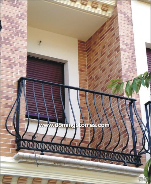 Balc n de hierro forjado con solera de aros y barrotes for What is balcon