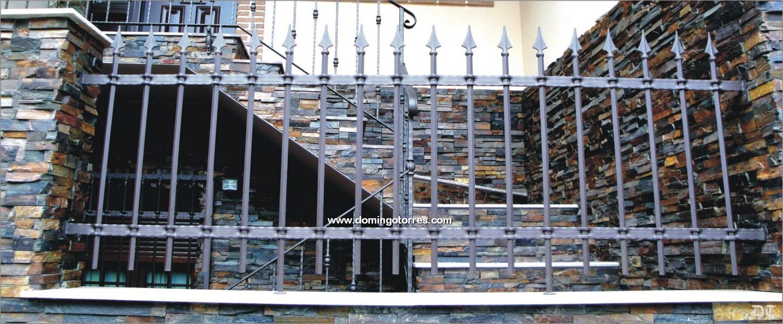 Verja de forja r stica con barras perforadas n 5004 de - Forja domingo torres ...