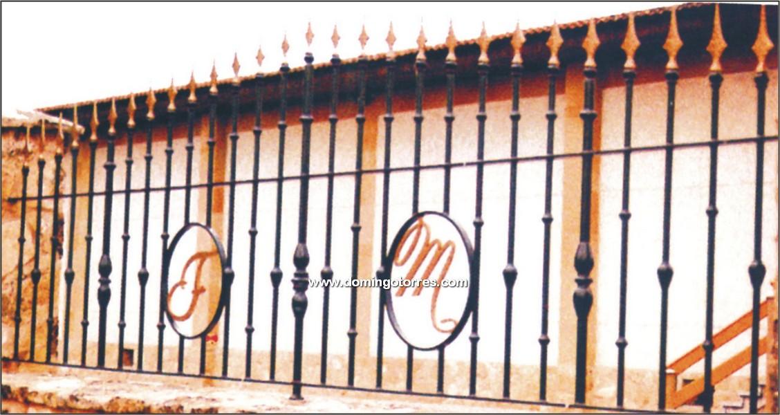 Verja de hierro forjado con macollas y lanzas n 5023 - Letras de hierro ...